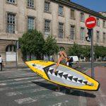 Séverine sur un passage clouté à Lyon avec son paddle