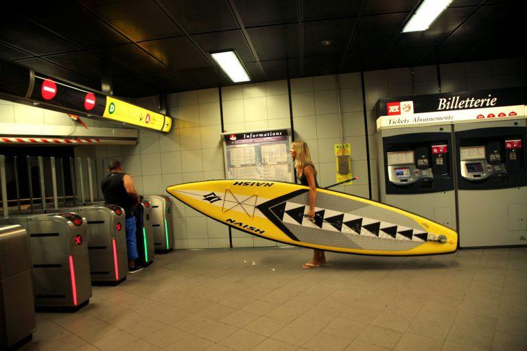 Séverine et son paddle dans un station de métro à Lyon