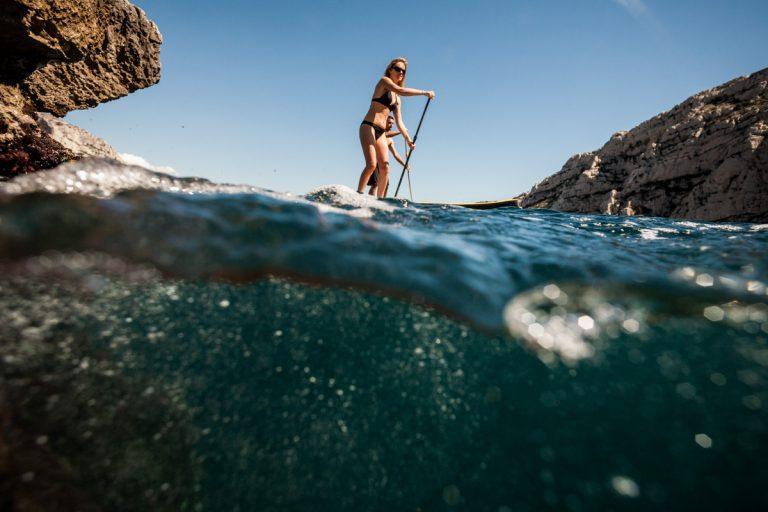 contreplongée sur Séverine en paddle