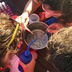 les écovolontaires analysent l'échantillon