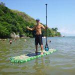Carlos sur son paddle en bouteilles