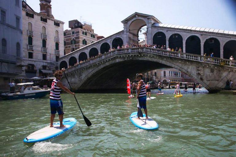 Surfing Venice paddlers sous le pont Rialto