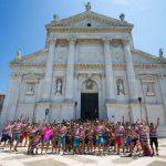 Surfin Venice groupe de paddlers devant l'église