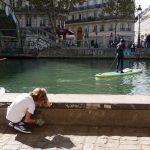 2 ramasseurs sur l'eau et à terre au Canal Saint-Martin