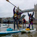 Paddlers sous le London bridge à Londres